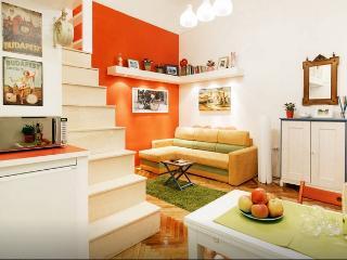 Yellow Sofa - Operahouse, Andrassy + free Wifi&AC, Budapest
