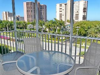 Stylishly furnished condo w/ heated pool & short walk to South Beach, Isla Marco