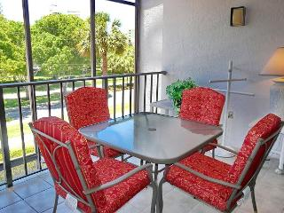Stylish condo in unbeatable location across the street from South Beach, Marco Island