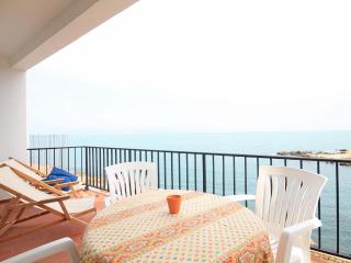 Holiday apartment by the beach with terrace, L'Escala