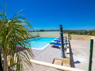 Nice private villa, AC, WIFI, UK TV, heated pool, Guia