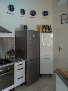 Equipée : four électrique, plaque 4 feux gaz, frigo-congélateur