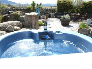 Beudy Bach with private  Hot Tub in Snowdonia