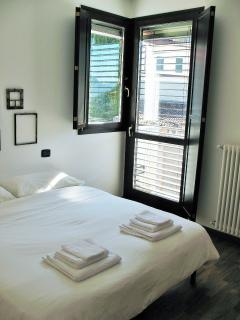 Camera da letto con letto matrimoniale o due letti, bedroom with double bed or two single bed