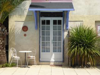 Pool Studio; sleeps2, poolside, heart of Provence