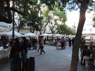 Situado al lado del la Plaza del Mentidero