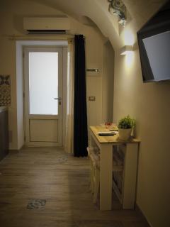 Vista porta di ingresso e consolle allungabile