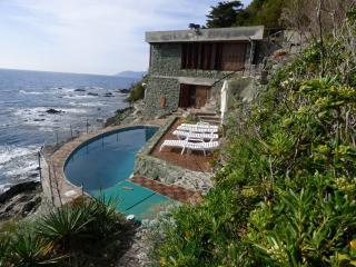 Villa con piscina sulla scogliera di Castiglioncello