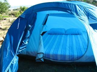 Acampada con tienda y cama en finca en Níjar