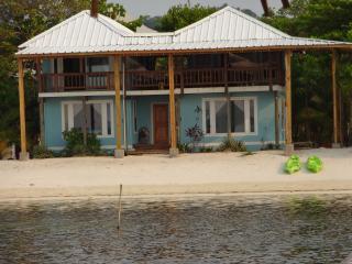 Toucan Blue with the beach at your doorstep, Roatán