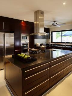 Open Plan Luxury Fully Fitted Kitchen with all Appliances