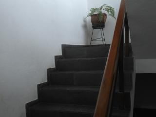 Escada para acesso ao segundo andar.
