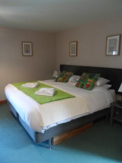 Linkable twin beds made up as superking