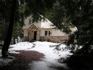#34 Fabulous Cabin with a Private Hot Tub + WiFi!, Glacier