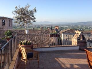 APARTMENT WITH ROOFTOP TERRACE in Spello, sleeps 2