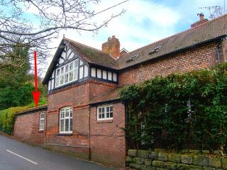 BEECHLANDS COTTAGE, cosy, romantic retreat, en-suite, enclosed patio, off road parking, in Frodsham, Ref 915575, Wrexham