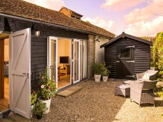 THE GRANARY, single-storey, ideal for a couple or two friends, walks from the door, near Hever, Ref 923527