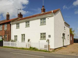 ROSEMARY COTTAGE, enclosed garden, pet-friendly, WiFi, beach 400 metres, in Sea Palling, Ref 922964