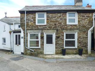 HORSESHOE COTTAGE, 250-year old stone cottage with beams and stone floors, open fire, WiFi, short drive to Port Isaac and Tintagel, in Delabole, Ref 923694