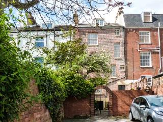 THE GARDEN FLAT, private patio, off road parking, WiFi, in Exeter, Ref 924431