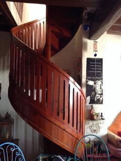 La escalera de caracol le da un encanto especial