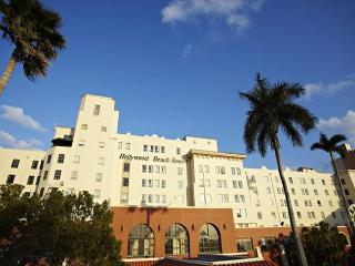Hollywood Beach Resort- Stylish Large Studio