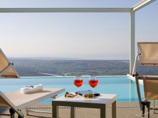 Luxury and stylish panoramic villa:infinity private pool,tennis court,garden,bbq