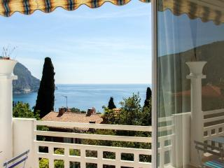 Beautiful 3 bedroom house with jacuzi, terrace and sea view in the French Riviera village of Eze