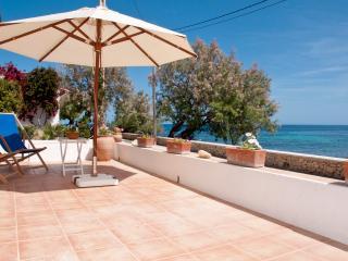 Roquerola: Casa de diseño sobre el mar, en Sa Pedruscada