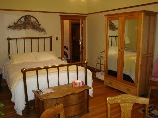 Old Nurse Residence B&B - Buttercup Room, Fernie