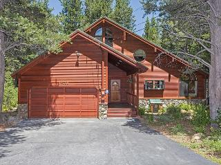 Davos Adventure - Gorgeous Tahoe Donner 3 BR w/ Hot Tub - On the Golf Course!, Truckee