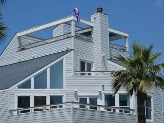 FALL IS PERFECT BEACH WEATHER-WATER VIEW, LUXURY, FAMILY HOME IN PIRATES BEACH