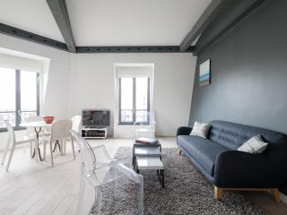 Family apartment in the Golden Triangle, Parijs