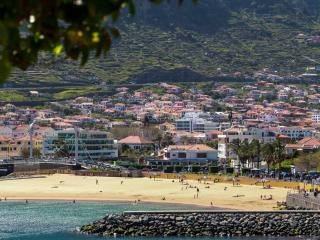 Playa 2min walking. Center. Wifi.  CASA DA AVENIDA, Machico