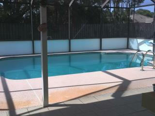 Pool house in quiet neigborhood