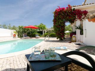Villa near Vau Beach / Alvor / Portimao. Salt water pool, gated, spacious