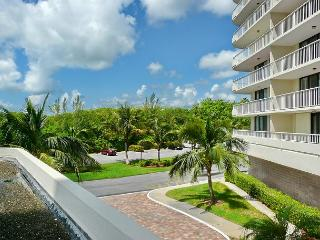 Bright, clean beachfront condo w/ heated pool & tennis courts, Marco Island