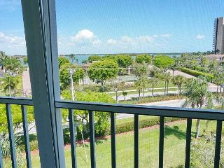 Inviting condo w/ heated pool, short walk to South Beach & Caxambas Boat Park