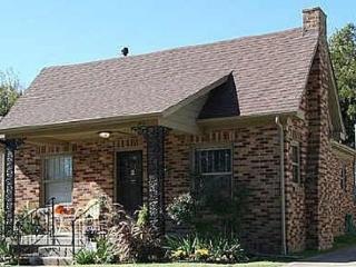 Brick Bungalow in Heart of Midtown Tulsa! 2 bedroom & 3 beds