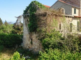 Lovely stone house w/scenic terrace, Brusje