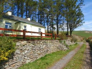LILAC COTTAGE, pet friendly, WiFi, with a garden in Annascaul, County Kerry, Ref