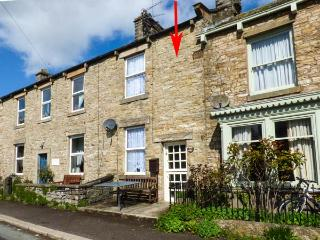 CHERRY TREE COTTAGE, terraced, open fire, WiFi, enclosed garden, in Aysgarth, Re