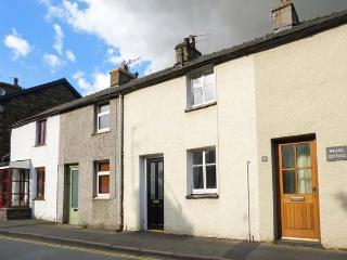 CHARLIE'S COTTAGE, open fire, pet-friendly, patio, in Staveley, Ref 921150