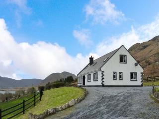 COILLMOR, detached cottage, en-suites, ground floor bedrooms, garden with furniture and direct access to Lough Mask near Clonbur, Ref 924141