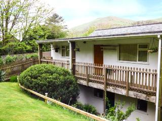 5 DOLGOCH FALLS HOLIDAY COTTAGE, upside down accommodation, mulit-fuel stove, WiFi, pet-friendly, near Tywyn, Ref. 923758