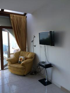 Lounge with Smart TV & satellite channels
