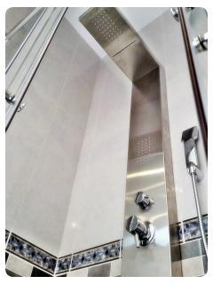 Columna de ducha con cascada e hidromasaje