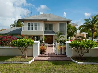 Lovely Compound w Pool, Block to Saunders Beach, Nassau