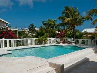 Beautiful pool home 1 block from Saunders Beach, Nassau