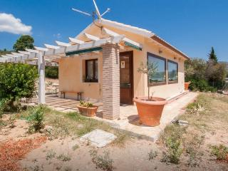 Nice cozy house with huge garden and beach, Capitana